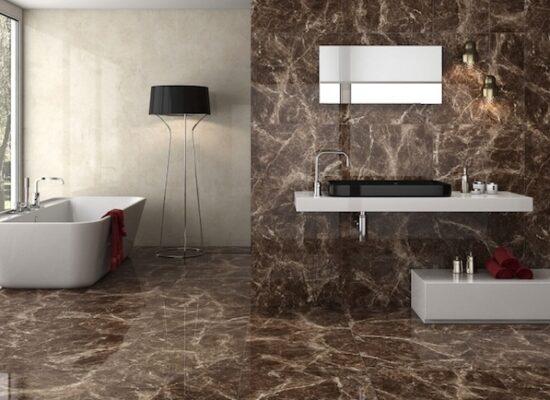 6-moderne-bäder-braune-marmor-fliesen-eckiger-spiegel-schwarzes-waschbecken-badezimmer-mit-großem-fenster (1)