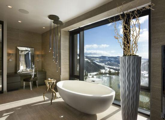 7-badezimmer-deko-hängende-lampen-große-vase-bad-mit-großem-fenster-ovale-badewanne-1