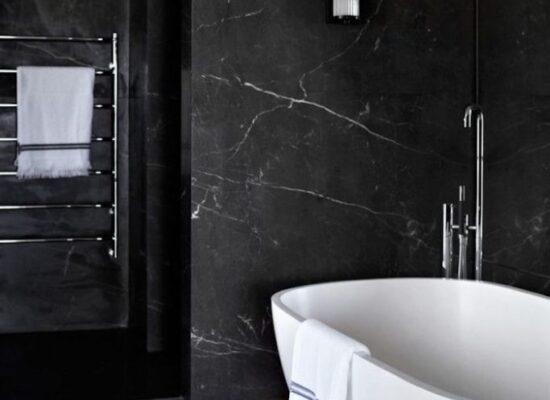7-moderne-bäder-schwarze-marmor-fliesen-boden-aus-holz-ovale-badewanne-einrichtungideen-683x1024