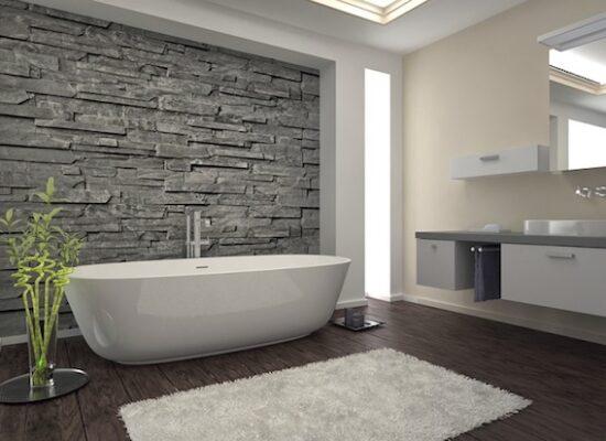 8-badezimmer-deko-baddesign-in-weiß-und-grau-parkett-naturstein-teppich