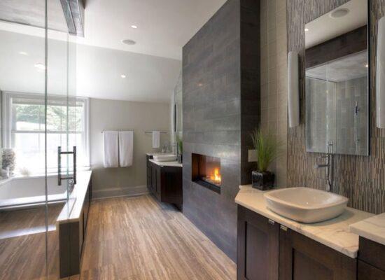 9-bad-einrichten-kamin-große-duschkabinne-eckiger-spiegel-waschbecken-mit-unterschrank